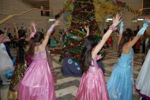 Новогодние хоровод, игры и танцы - атмосфера радости и заряд на весь следующий год!