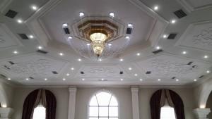 """Люстра и лепнина на потолке. Зал """"SZRBAZ"""", 2 этаж."""