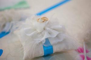 Подушечка для колец. Оформляется лентой в цвет вашей свадьбы.